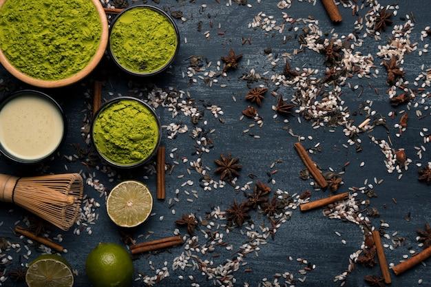 Disposición de la vista superior de ingredientes de té asiático matcha