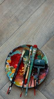 Disposición de vista superior con pinceles en placa
