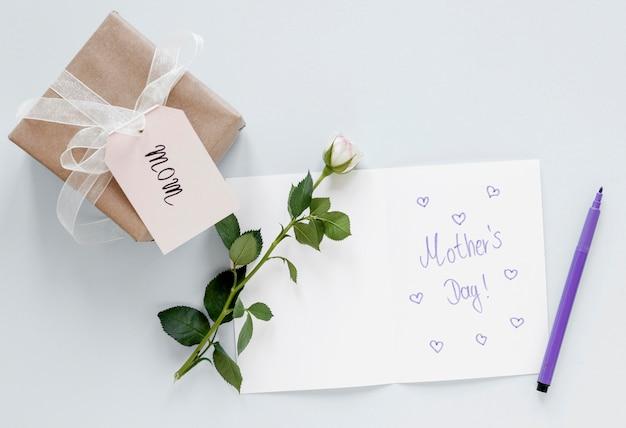 Disposición de vista superior con tarjeta de felicitación