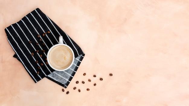Disposición de la vista superior con taza de café y espacio de copia