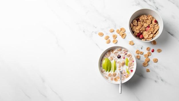 Disposición de la vista superior del tazón de cereales con espacio de copia
