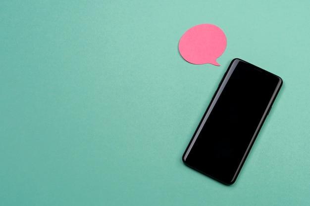 Disposición de la vista superior con teléfono inteligente y nota adhesiva