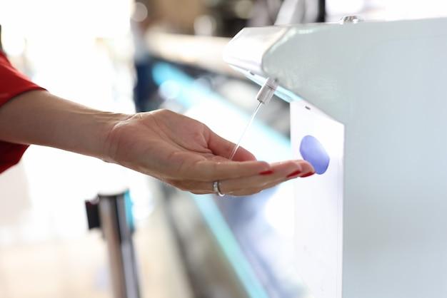 Dispositivo sin contacto para matar infecciones en lugares públicos.