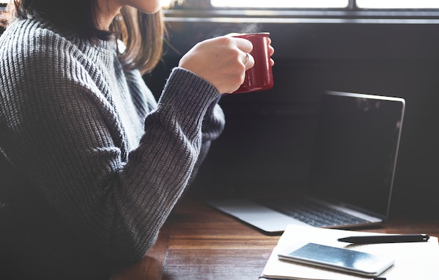 Dispositivo digital de café ordenador café ocio concepto