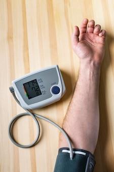 Dispositivo de medición de la presión arterial en primer plano