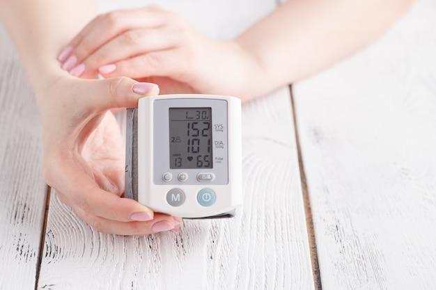Dispositivo médico para medir la presión arterial y la frecuencia cardíaca utilizado en la muñeca de la mano