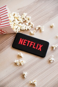 Dispositivo moderno con app de netflix