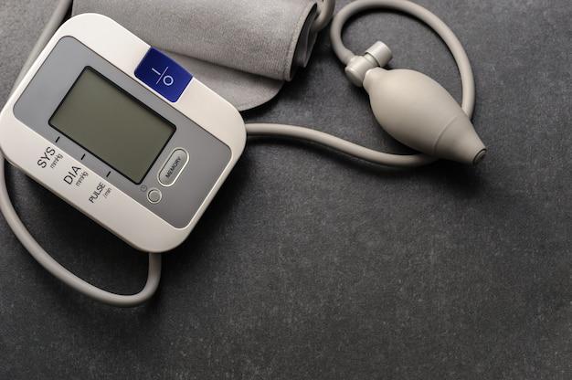 Dispositivo tonómetro para medir la presión en la oficina