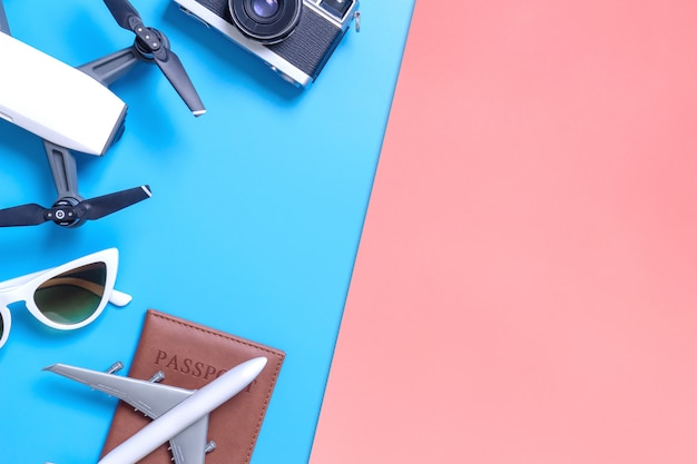 Dispositivo de viaje de alta tecnología y accesorios en el espacio de copia amarillo azul y rosa