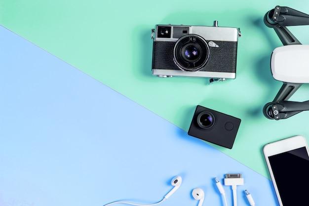 Dispositivo de viaje de alta tecnología y accesorios en el espacio de copia azul y verde