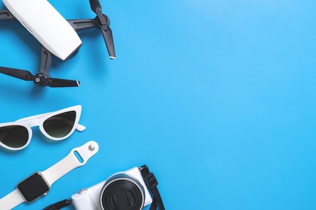 Dispositivo de viaje de alta tecnología y accesorios en espacio de copia azul