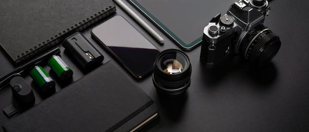 Dispositivos digitales en una mesa negra