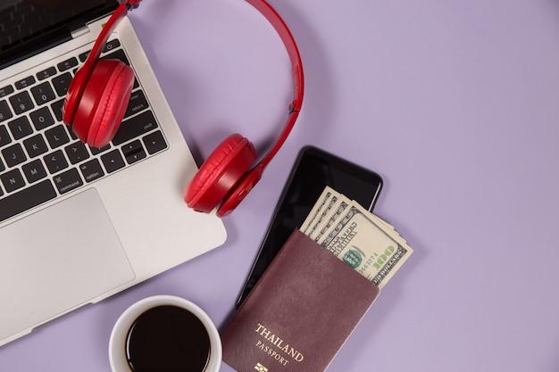 Dispositivos electrónicos para escuchar música y una taza de café.
