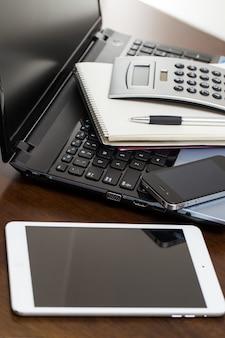 Dispositivos electrónicos en la mesa.