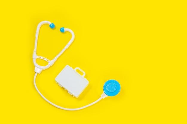 Dispositivos médicos de juguete sobre un fondo amarillo.