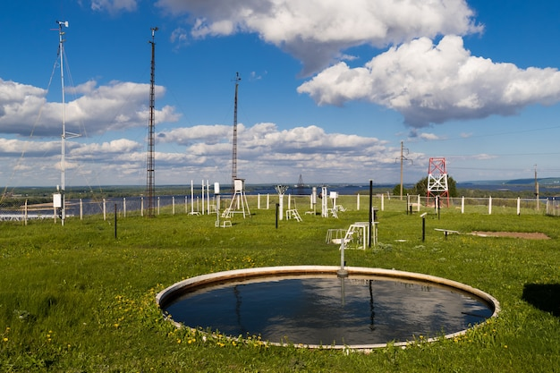 Dispositivos para medir la velocidad del viento, la lluvia en la estación meteorológica en el día de verano. la estación meteorológica se encuentra en una colina alta.