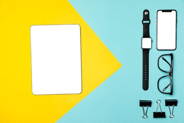 Dispositivos planos en fondo colorido.