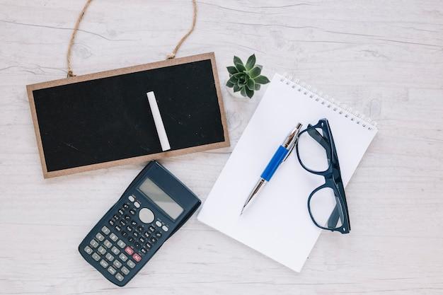 Dispuestos objetos en el escritorio del agente de bienes raíces