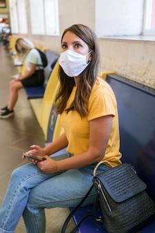Distanciamiento social en la estación de transporte público