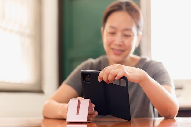 Distanciamiento social feliz mujer sonriente con teléfono celular video llamada familia.