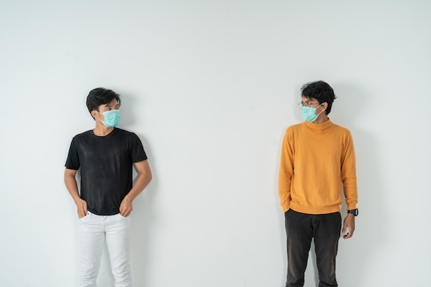 Distanciamiento social. personas con máscaras