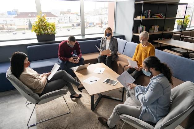 Distanciamiento social de las personas en el trabajo