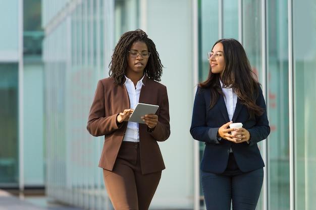 Diversas colegas de negocios femeninas