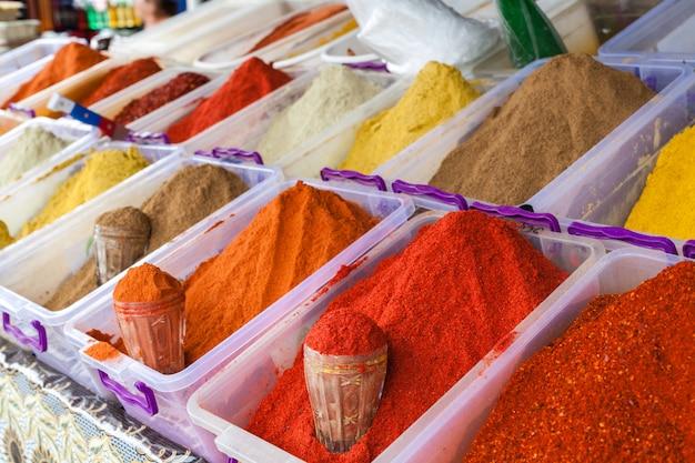 Diversas especias en el mercado de agricultores, color festivo