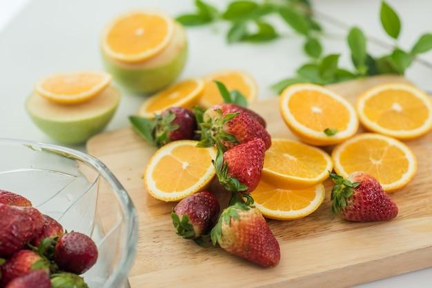 Diversas frutas, alimentación saludable y concepto saludable.