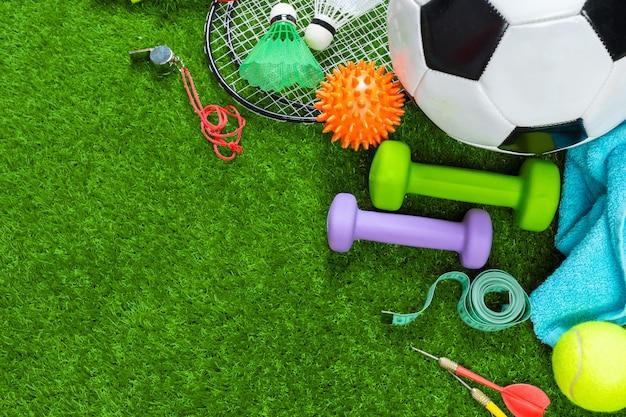 Diversas herramientas deportivas sobre hierba.
