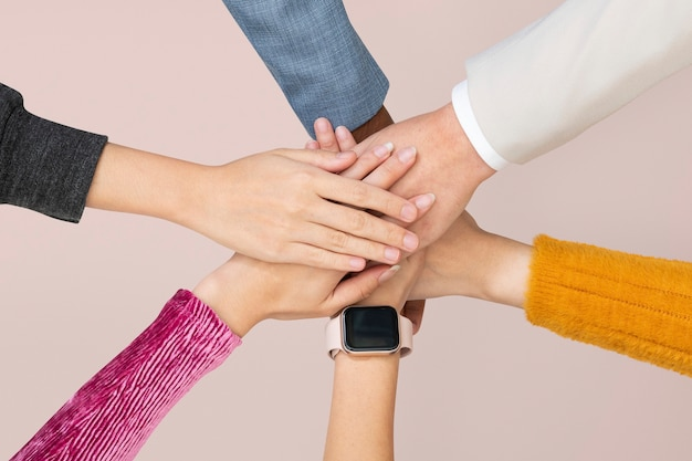 Diversas manos unidas en el concepto de trabajo en equipo