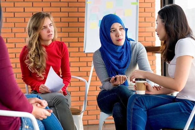 Diversas mujeres en reunión grupal.