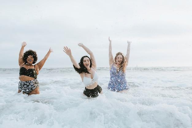 Diversas mujeres de talla grande divirtiéndose en el agua.