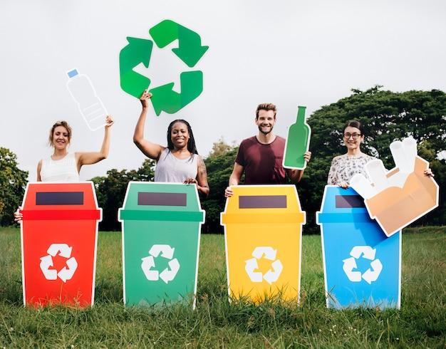 Diversas personas con coloridos contenedores de reciclaje.