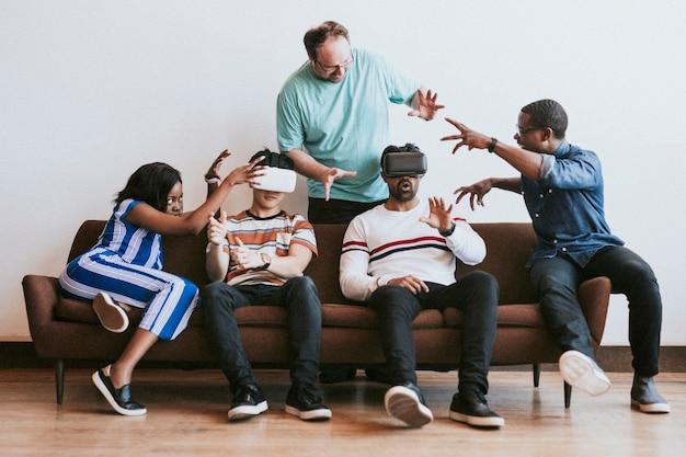 Diversas personas que experimentan un visor de realidad virtual