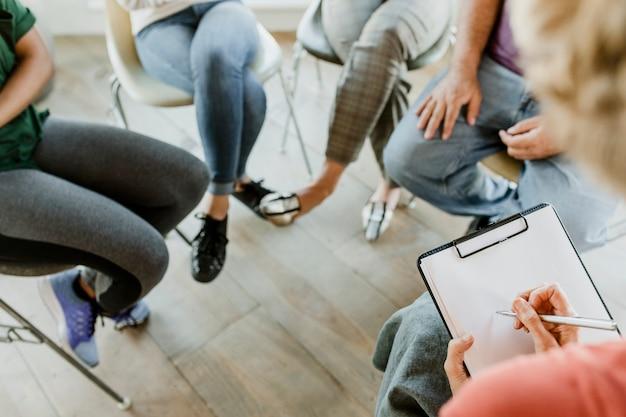 Diversas personas en una sesión de grupo de apoyo