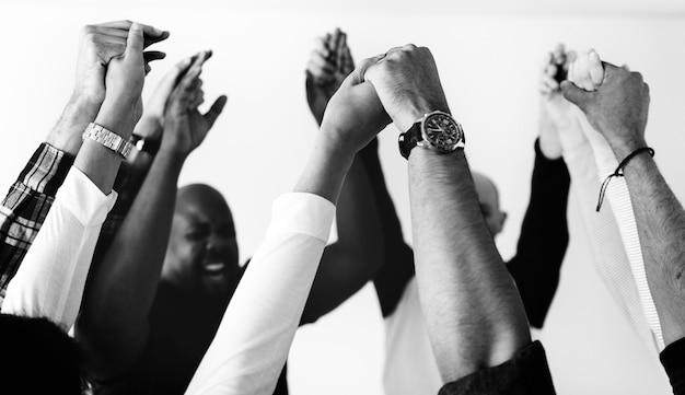 Diversas personas uniendo sus manos