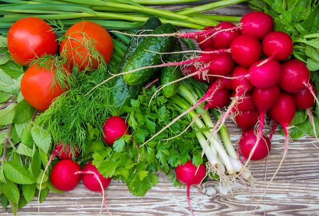 Diversas verduras de cosecha propia en el fondo de madera blanco. enfoque selectivo