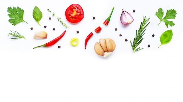 Diversas verduras y hierbas frescas en blanco. concepto de alimentación saludable