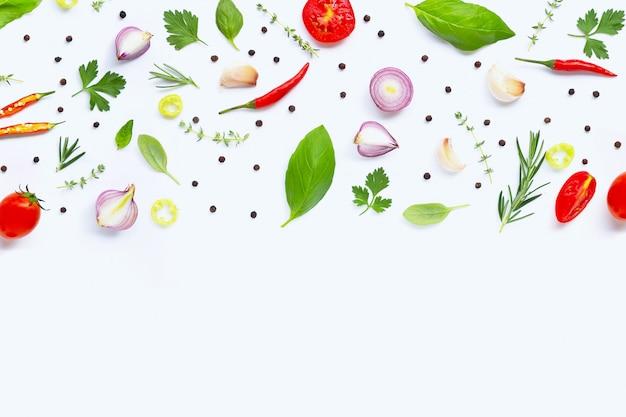 Diversas verduras y hierbas frescas en el fondo blanco. concepto de alimentación saludable
