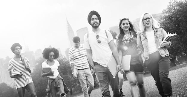 Diversidad adolescentes amigos amistad equipo concepto