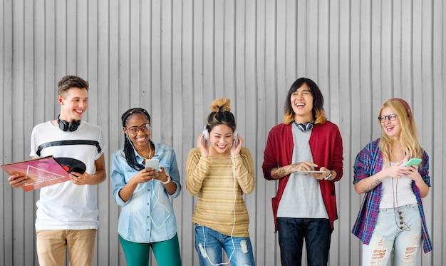 Diversidad estudiantes amigos entretenimiento música concepto