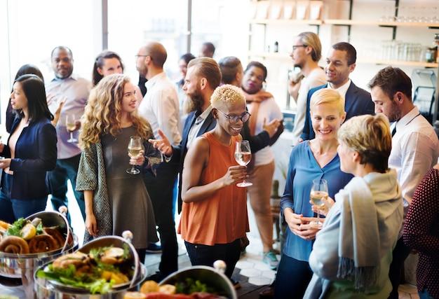Diversidad gente fiesta disfrute buffet comer concepto