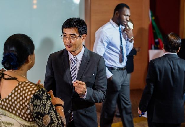 Diversidad gente habla conferencia internacional asociación