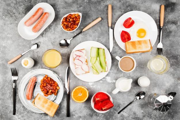 Diverso desayuno sano en fondo gris.