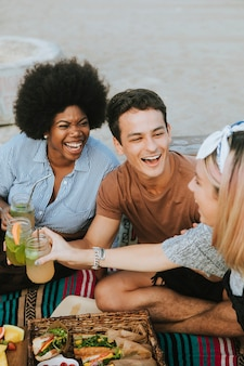 Diversos amigos disfrutando de una fiesta en la playa.
