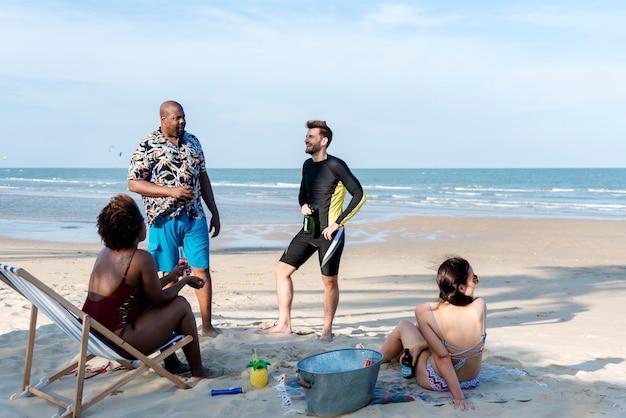 Diversos amigos divirtiéndose en la playa.