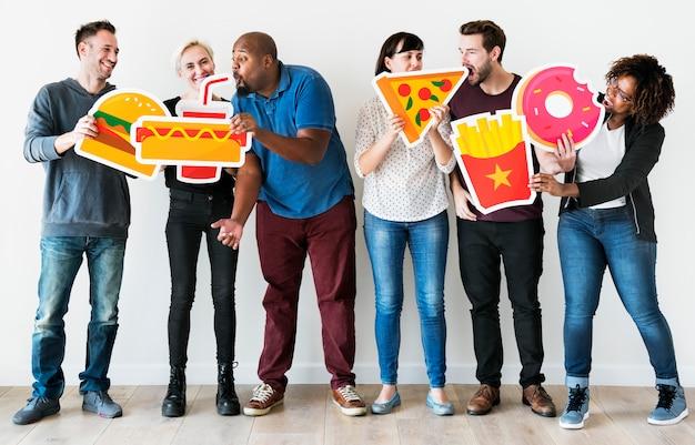 Diversos amigos con iconos de comida