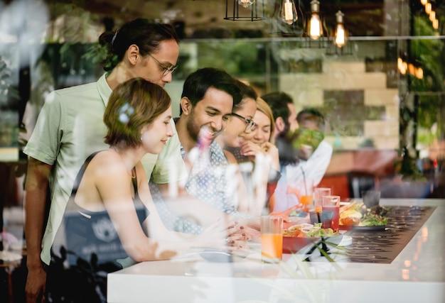 Diversos amigos juntos en el restaurante.