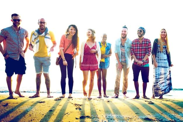 Diversos amigos del verano de la playa concepto de unión divertida